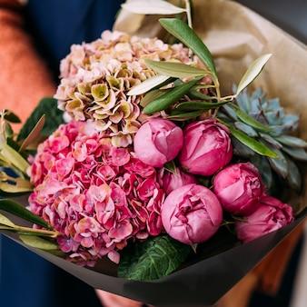 Luksusowy bukiet różnych kwiatów jako prezent na rocznicę. piękna kompozycja kwiatowa piwonii i hortensji w nagrodę dla kogoś wyjątkowego