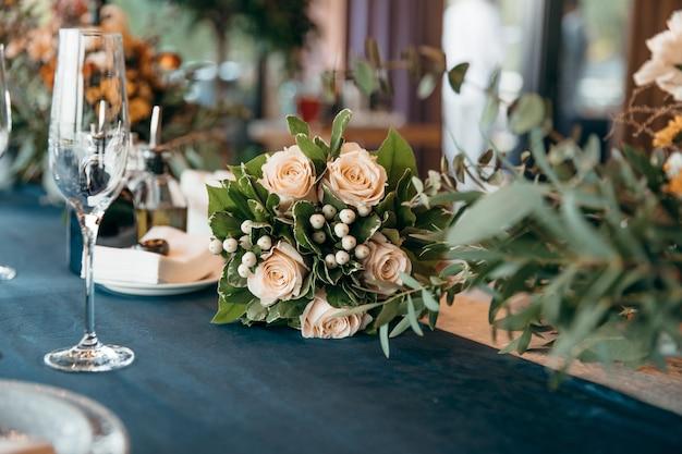 Luksusowy bukiet ślubny leży na stole
