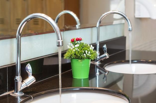 Luksusowy chromowany kran z umywalką w nowoczesnej łazience