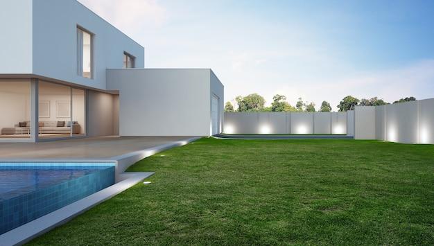 Luksusowy dom z basenem i tarasem w pobliżu trawnika w nowoczesnym stylu.