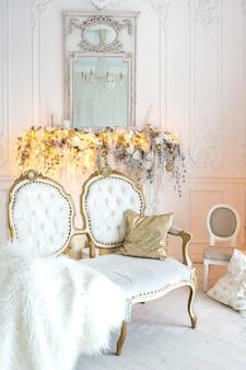 Luksusowy, drogi, jasny salon w królewskim stylu