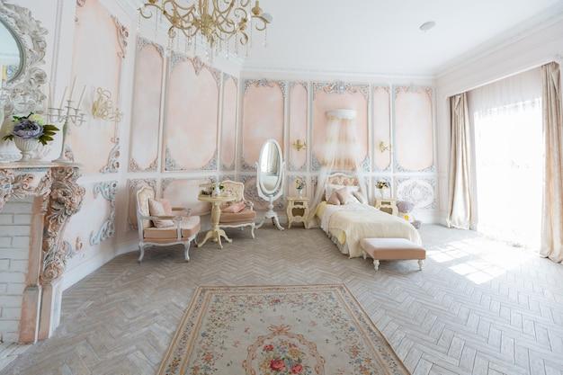 Luksusowy, drogi pokój z wystrojem wnętrz w starym stylu barokowym w kolorach beżu