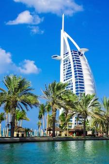 Luksusowy hotel burj al arab w dubaju, zjednoczone emiraty arabskie. widok z abra.