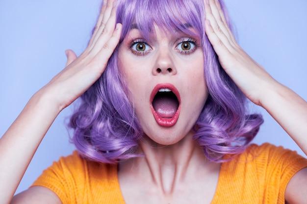 Luksusowy i szczęśliwy model fioletowe włosy na białym tle