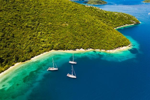 Luksusowy jacht w niesamowitej zatoce czystego morza grecji.