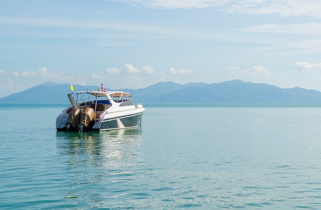 Luksusowy jacht w pięknym oceanie