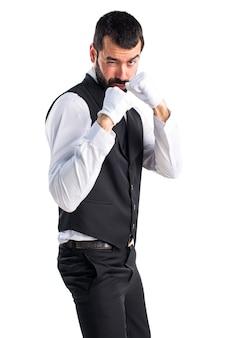 Luksusowy kelner dając punch