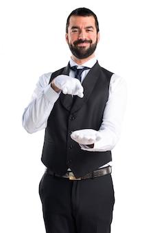 Luksusowy kelner trzyma coś