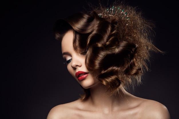 Luksusowy kobieta portret z doskonałymi włosami