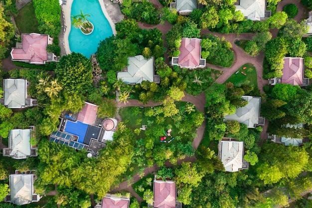 Luksusowy kompleks willi z fotografią lotniczą