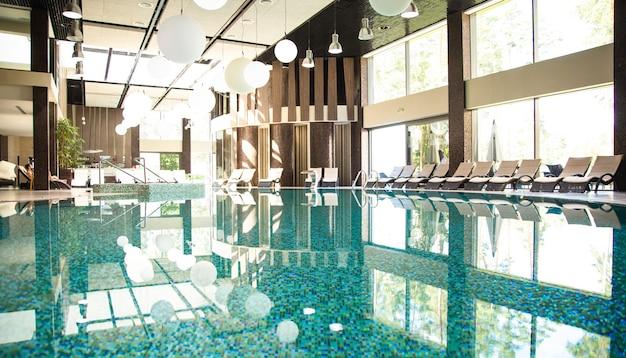 Luksusowy kryty basen w nowoczesnym hotelu. spa i leczenie