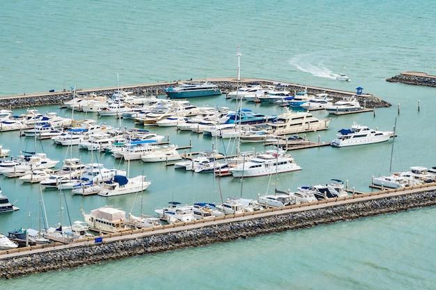Luksusowy łódkowaty jacht na oceanie i morzu