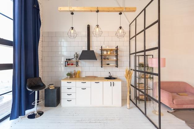 Luksusowy nowoczesny design przytulnej małej kawalerki w stylu skandynawskim