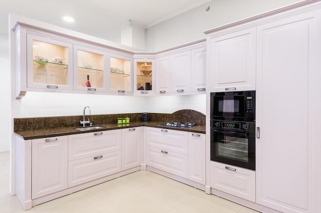 Luksusowy nowożytny beżowy kuchenny wnętrze