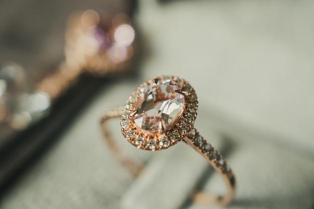 Luksusowy pierścionek z brylantem w stylu vintage pudełku na biżuterię