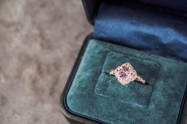Luksusowy pierścionek z różowym diamentem w pudełku z biżuterią