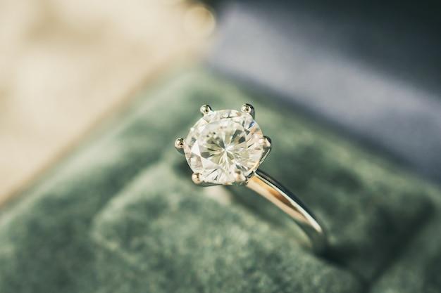 Luksusowy pierścionek zaręczynowy w pudełku z biżuterią