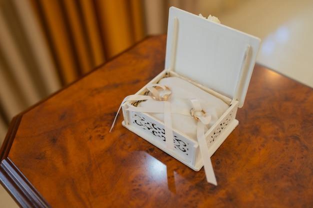 Luksusowy pierścionek zaręczynowy z brylantem w pudełku na biżuterię.