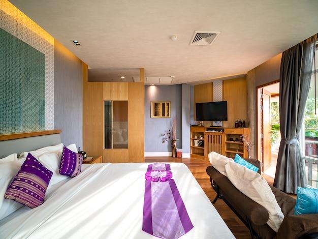 Luksusowy pokój z szybami, aby zobaczyć widok na zewnątrz.