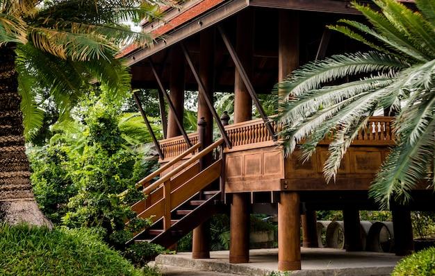 Luksusowy projekt krajobrazu tropikalnego ogrodu.