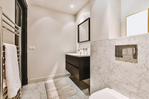 Luksusowy projekt wnętrza łazienki z marmurowymi ścianami