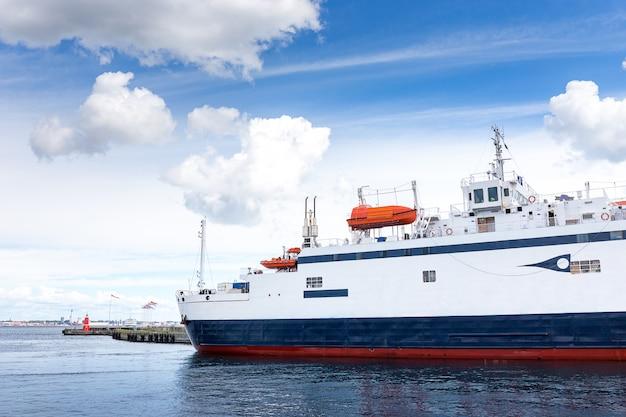 Luksusowy prom w porcie przez morze od helsingor, dania do helsingbor, swed