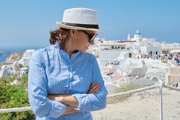 Luksusowy rejs wakacyjny dojrzałej kobiety, odwiedzającej wyspę santorini