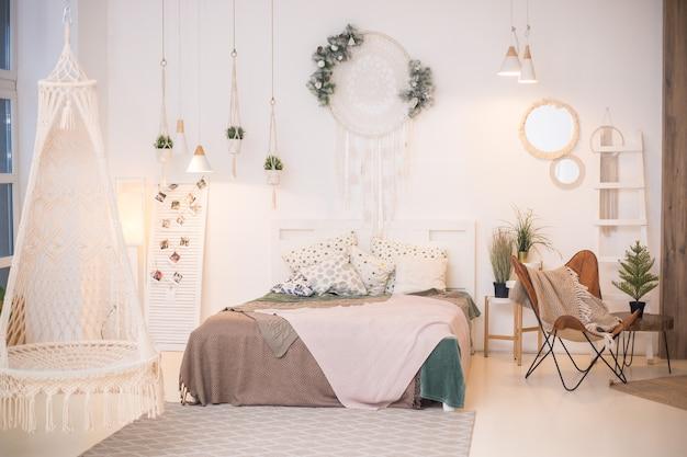 Luksusowy salon w apartamencie z wiszącą huśtawką