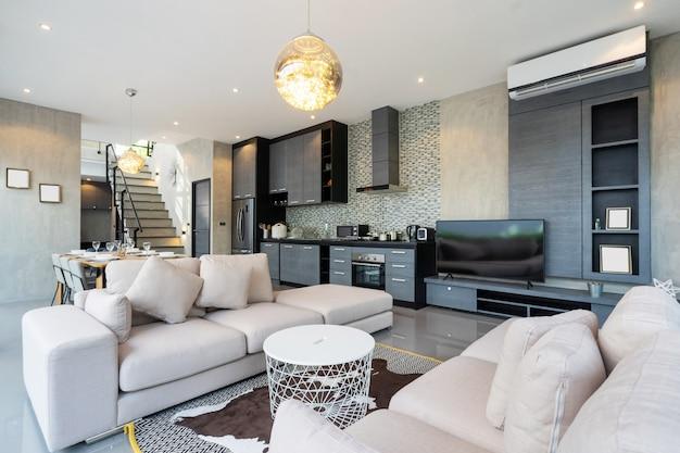 Luksusowy salon w willi na poddaszu, apartamencie i penthouse