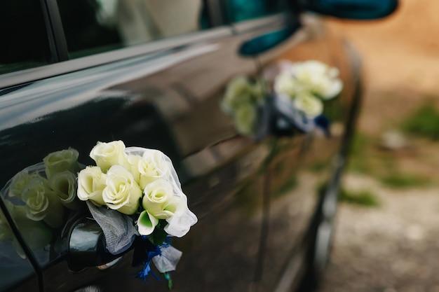 Luksusowy samochód ślubny ozdobiony kwiatami