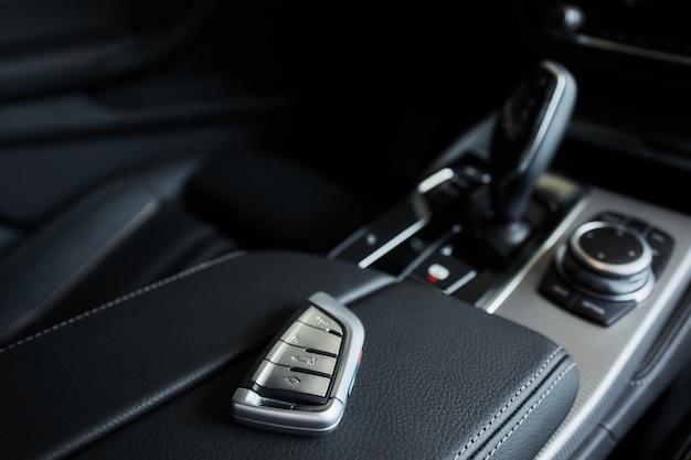 Luksusowy samochód w środku, automatyczna dźwignia zmiany biegów w nowoczesnym samochodzie.