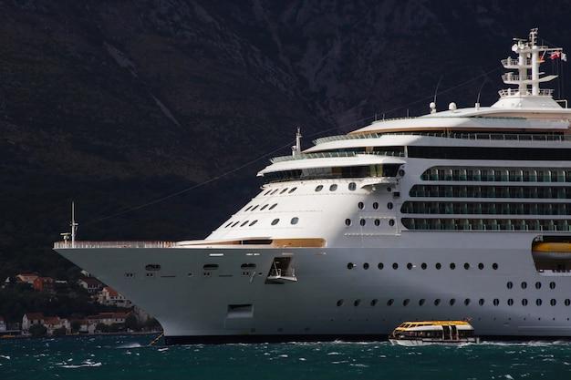 Luksusowy statek wycieczkowy w czarnogórze kotor bay