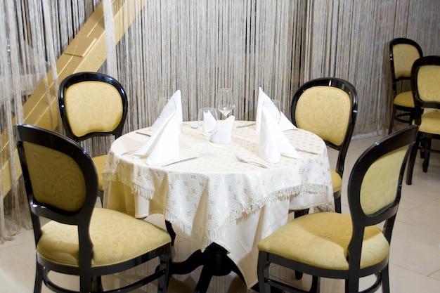 Luksusowy stół obiadowy w restauracji?