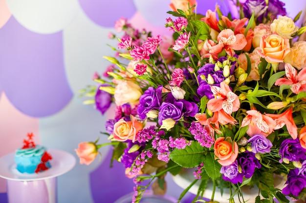 Luksusowy weselny stół z kwiatami i drzewami.