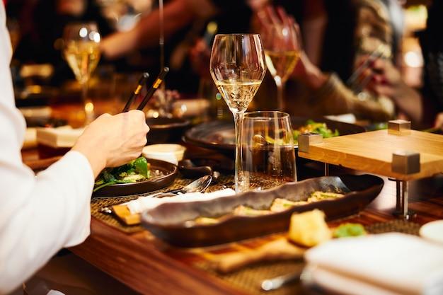 Luksusowy wieczorny bankiet w nowoczesnej restauracji