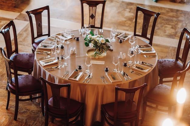 Luksusowy wygląd zestawu okrągłego stołu
