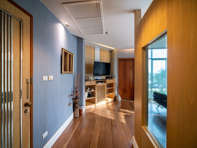 Luksusowy wystrój pokoju z brązową drewnianą podłogą i meblami w ciepłym świetle.