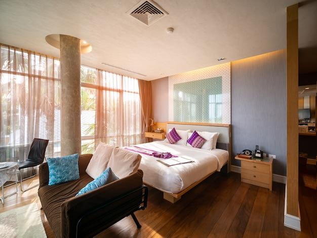 Luksusowy wystrój pokoju z brązowymi drewnianymi meblami dookoła i szybą, aby zobaczyć widok na zewnątrz.