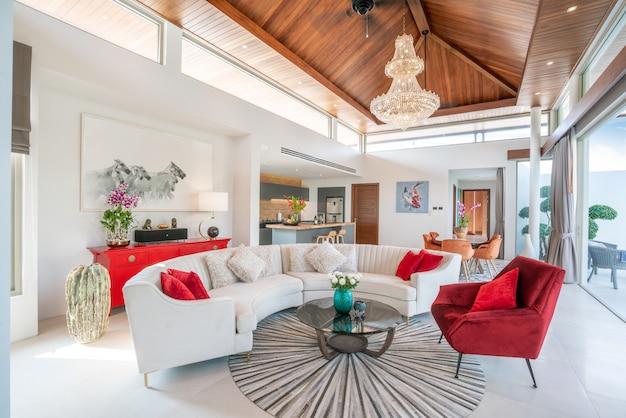Luksusowy wystrój wnętrz w salonie. przestronna i jasna przestrzeń oraz drewniany stół jadalny