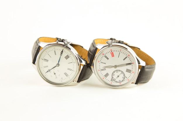 Luksusowy zegarek męski na białym tle