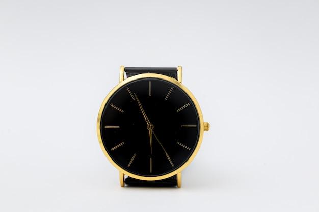 Luksusowy zegarek na białej ścianie