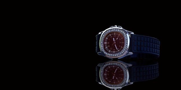 Luksusowy zegarek umieszczony na podłodze to drogi zegarek. nagroda za życie i ludzie o gustach