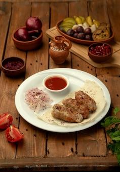 Lule kebab z boczną cebulą i keczupem