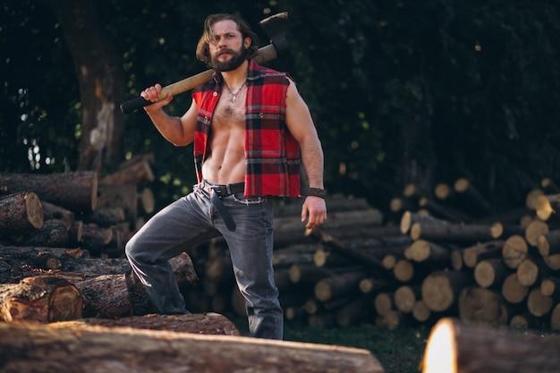 Lumberjack w lesie