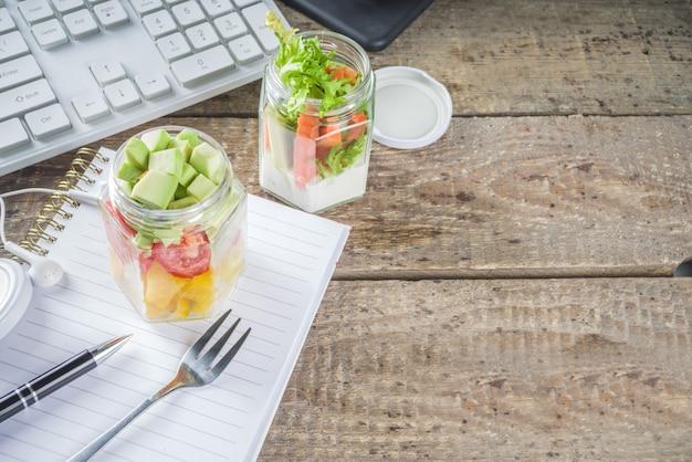 Lunch biurowy: słoiki do sałatek warzywnych