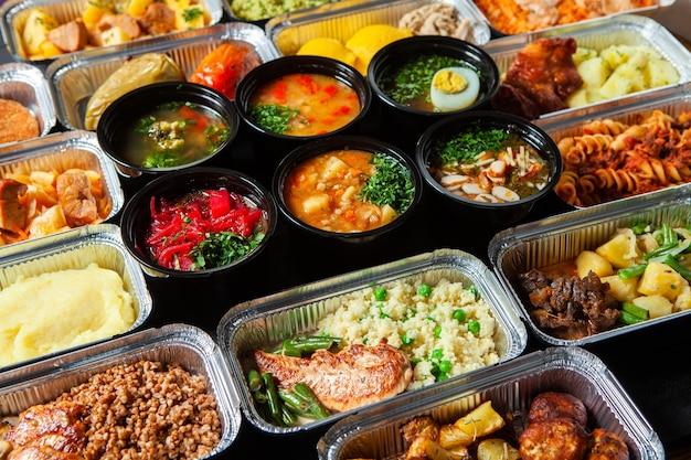 Lunch biznesowy w ekologicznym plastikowym pojemniku gotowy do dostawy