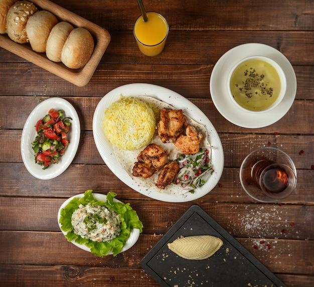 Lunch biznesowy z sałatką zupa i ryżem z kebabem z kurczaka