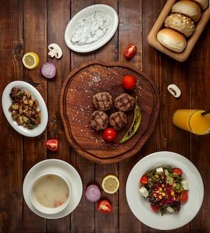 Lunch biznesowy z sałatką zupy i daniem mięsnym