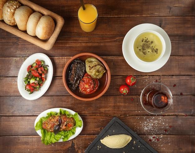 Lunch biznesowy z sałatką zupy i dolmą
