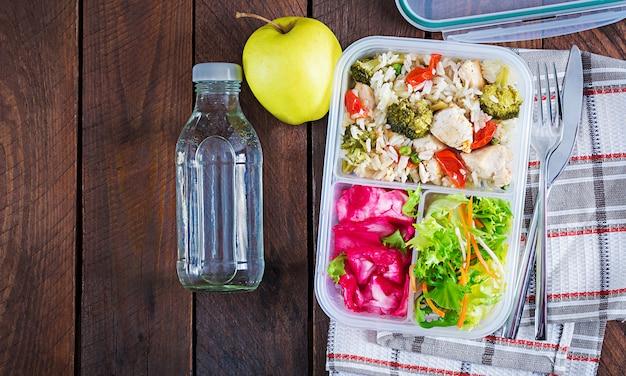 Lunch box kurczak, brokuły, zielony groszek, pomidor z ryżem i czerwoną kapustą